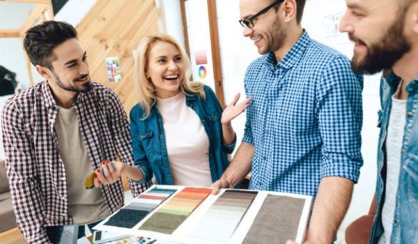il-team-di-architetti-designer-guarda-alla-tavolozza-dei-colori_99043-1844