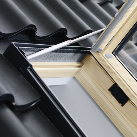 Velux finestre per l 39 uscita sul tetto garden house for Finestre velux manuali