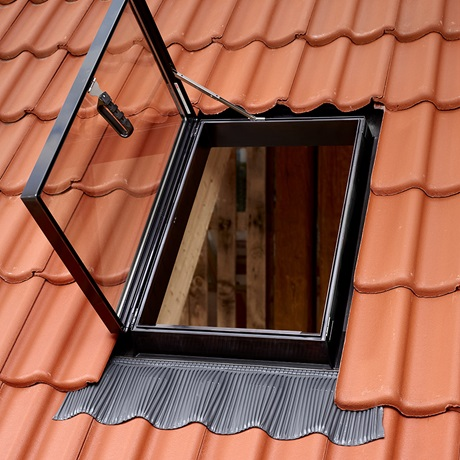 Velux finestre per l 39 uscita sul tetto garden house for Finestre velux per accesso al tetto