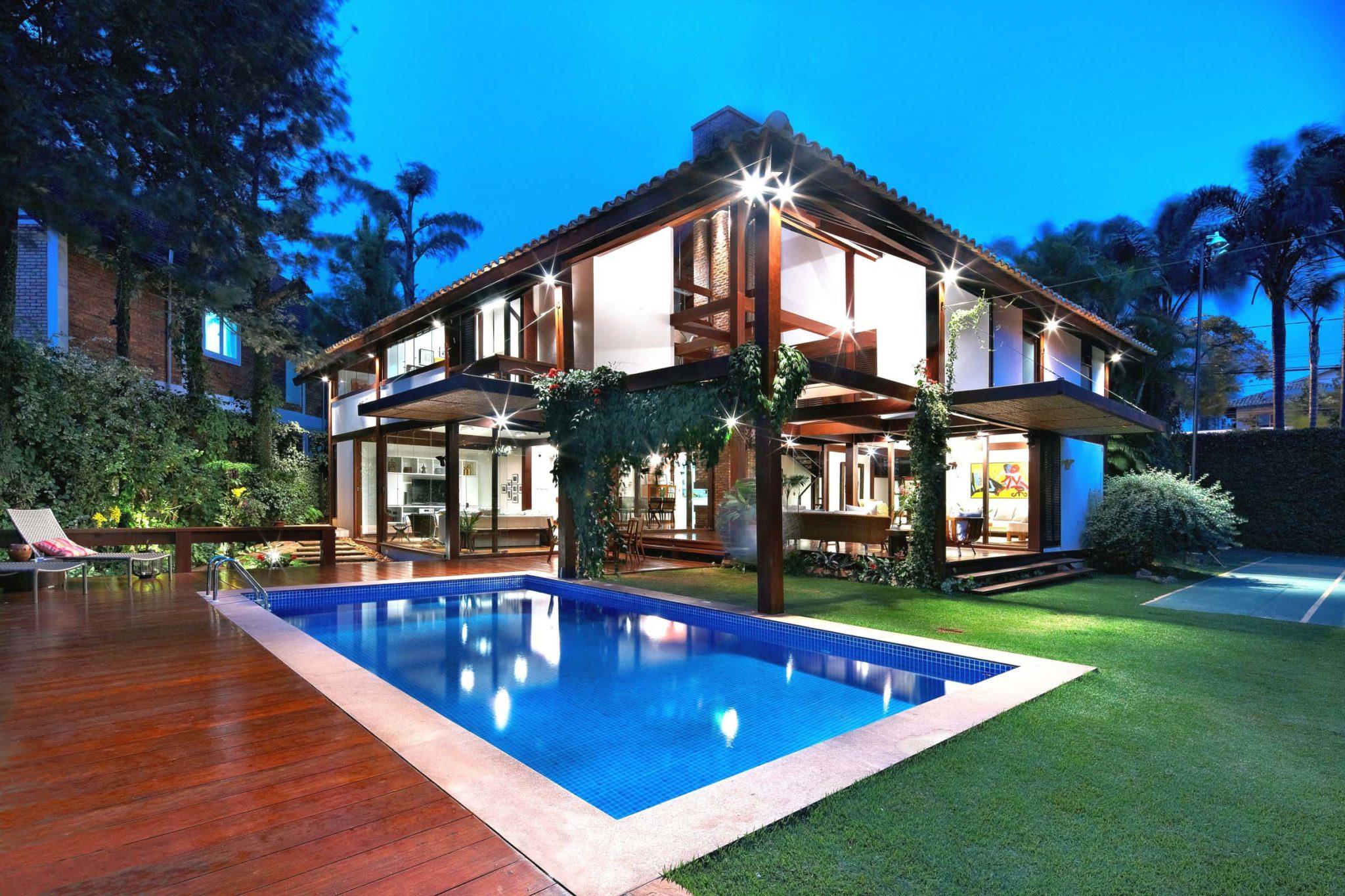 Facciata-esterna-villa-moderna-piscina-parquet-architettura-design