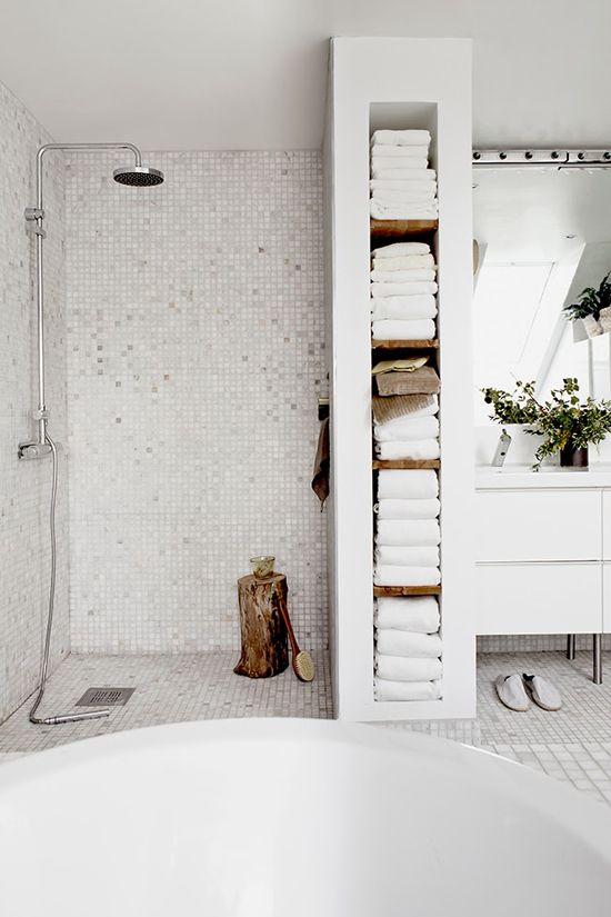 Avete Scelto Il Vostro Stile Preferito? I Materiali Per Decorare Il Vostro  Bagno Bianco E Renderlo Un Posto Unico Di Benessere E Relax?